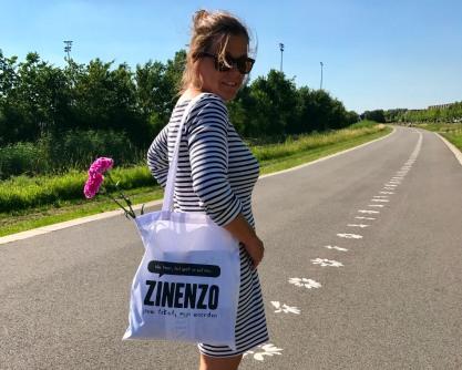 Eigenaar van Zinenzo, Esther, met de nieuwe Zinenzo-tas.